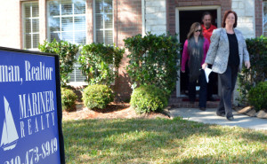Mariner-Agent-Terri-Coleman-leaving-on-of-the-homes-on-the-Monthly-Mariner-Property-Tours